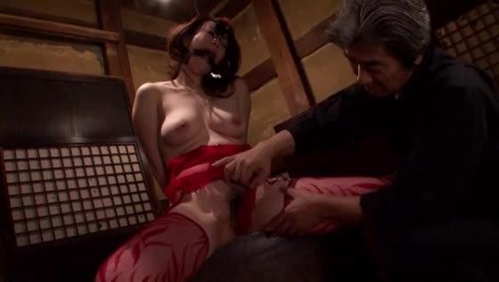 鼻フックと開口器を嵌められた状態でバイブを手渡されると自然にオナニーを始めるマゾ熟女